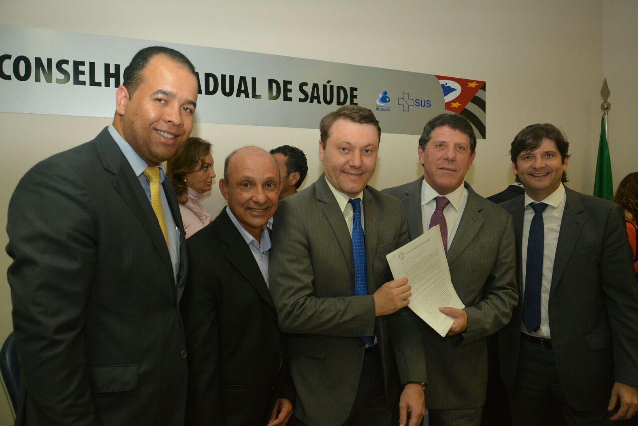 secretário municipal de Saúde, Egilson Moreira,  vereador Dirceu Jacinto Granato, Prefeito Adriano, Secretário Davi Uip e deputado André do Prado