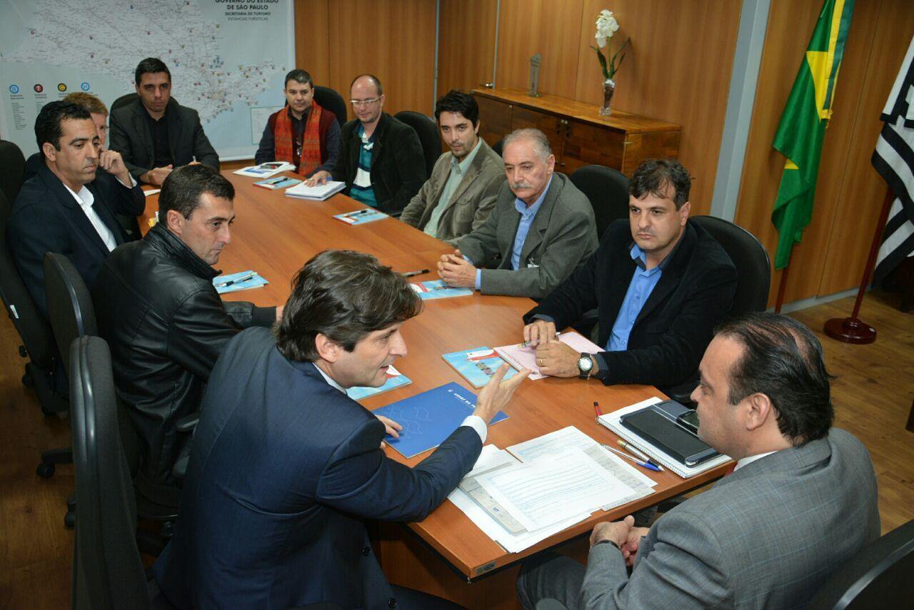 Deputado André do Prado junto com o prefeito Adriano, os vereadores Eder Senna e Junior Mineiro com o secretário Roberto de Lucena