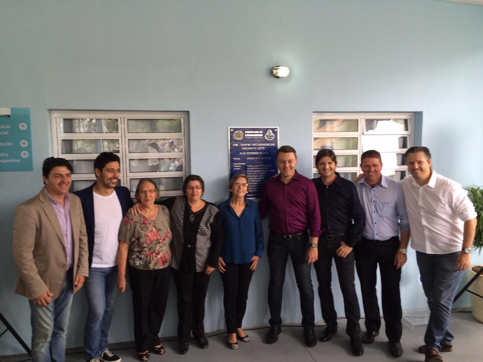 Deputado André do Prado ao lado dos familiares do homenageado e com o prefeito Adriano, o deputado  federal, Márcio Alvino e o prefeito de Biritiba Mirim, Inho Taino