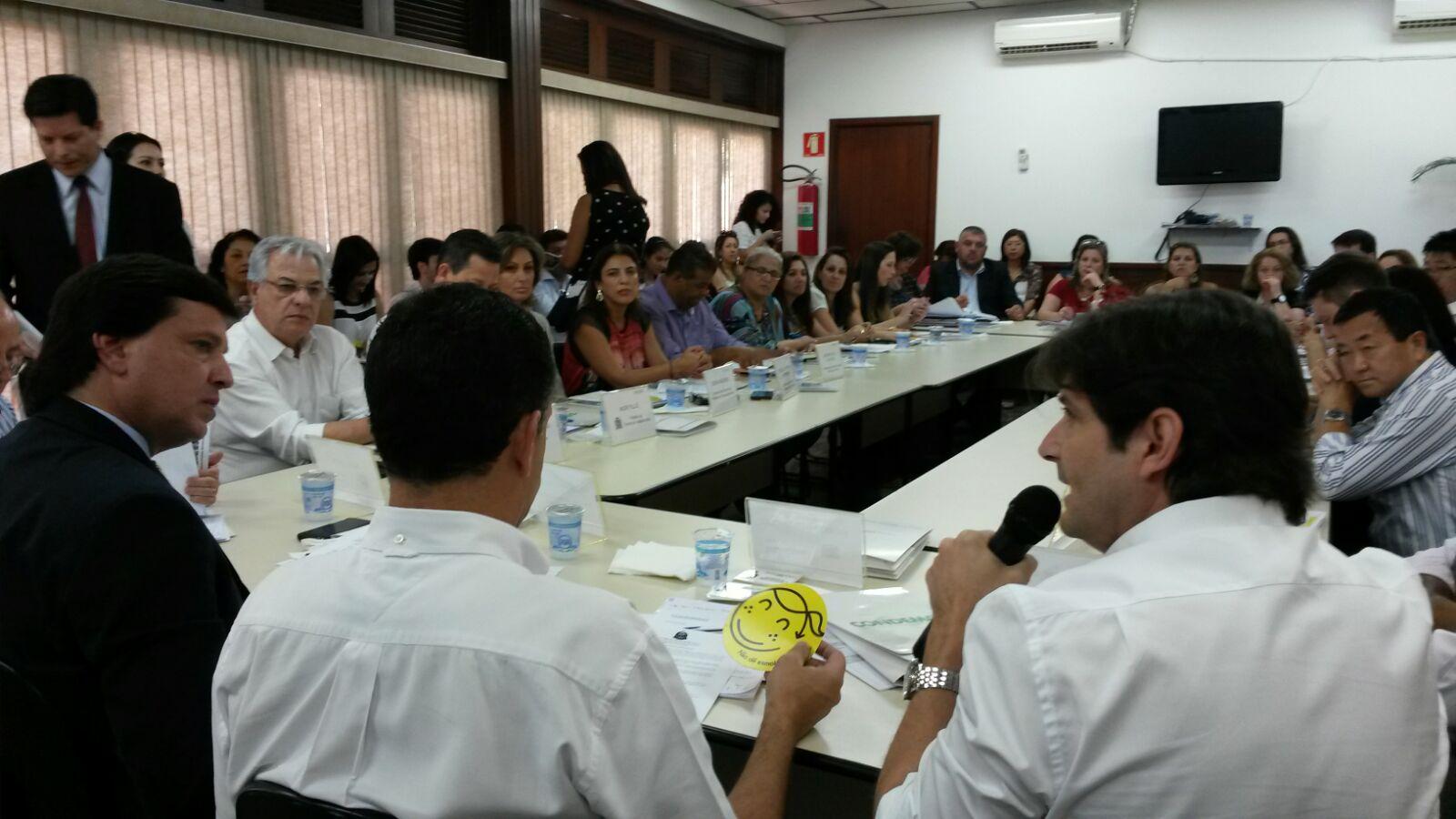 Deputado André do Prado fala durante a reunião do Condemat