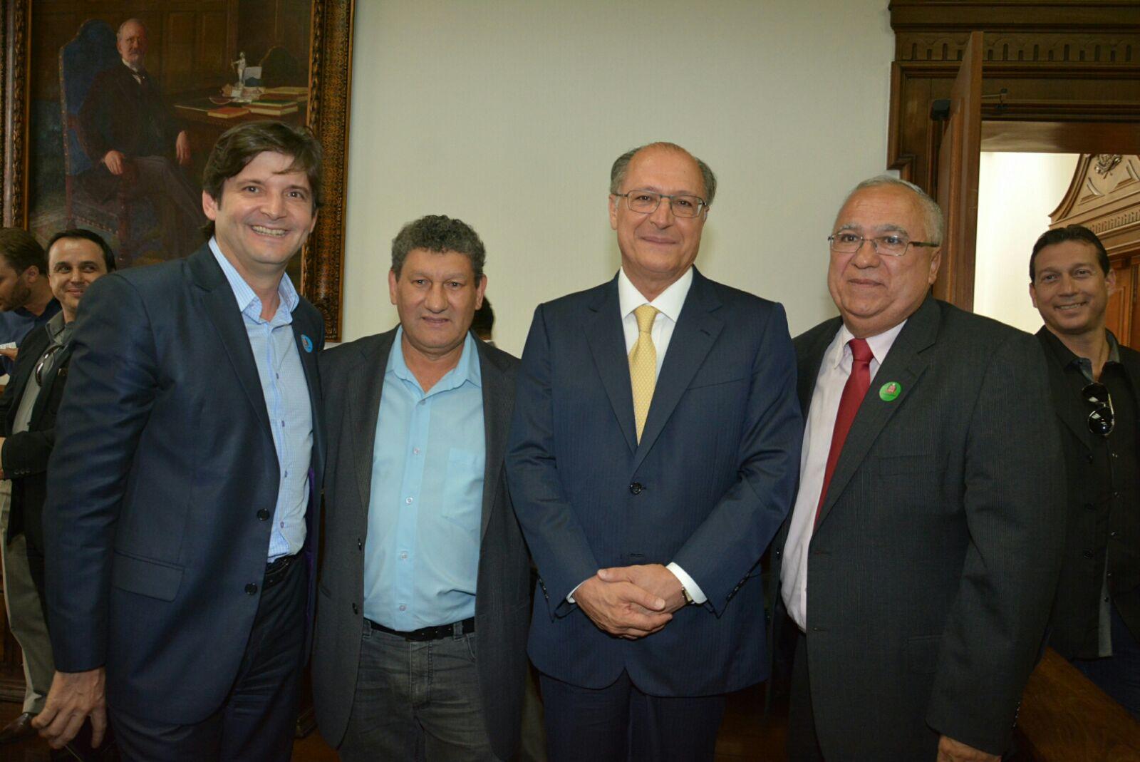 Deputado André do Prado com o prefeito uvenil Cirelli, e o companheiro partidário e vereador José Solano da Silva – Zezinho Cabeleireiro, junto com o governador Geraldo Alckmin