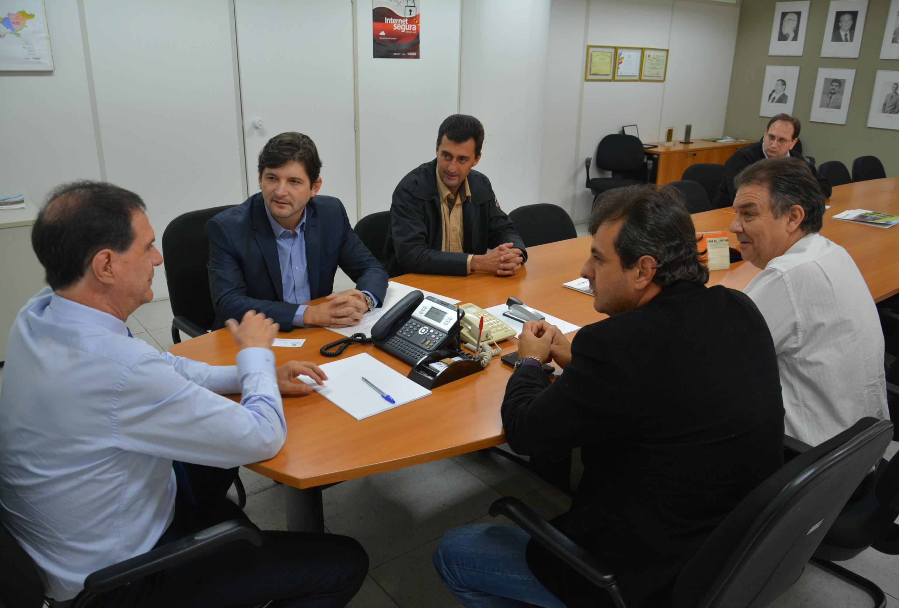 Deputado Andre do Prado ao lado do prefeito Adriano Pereira e do vereador Eder Senna em reunião no FDE
