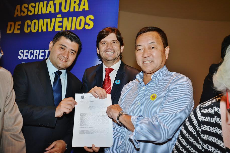 prefeito eleito, Rodrigo Ashiusi, deputado André do Prado e o atual prefeito, Paulo Tokazumi