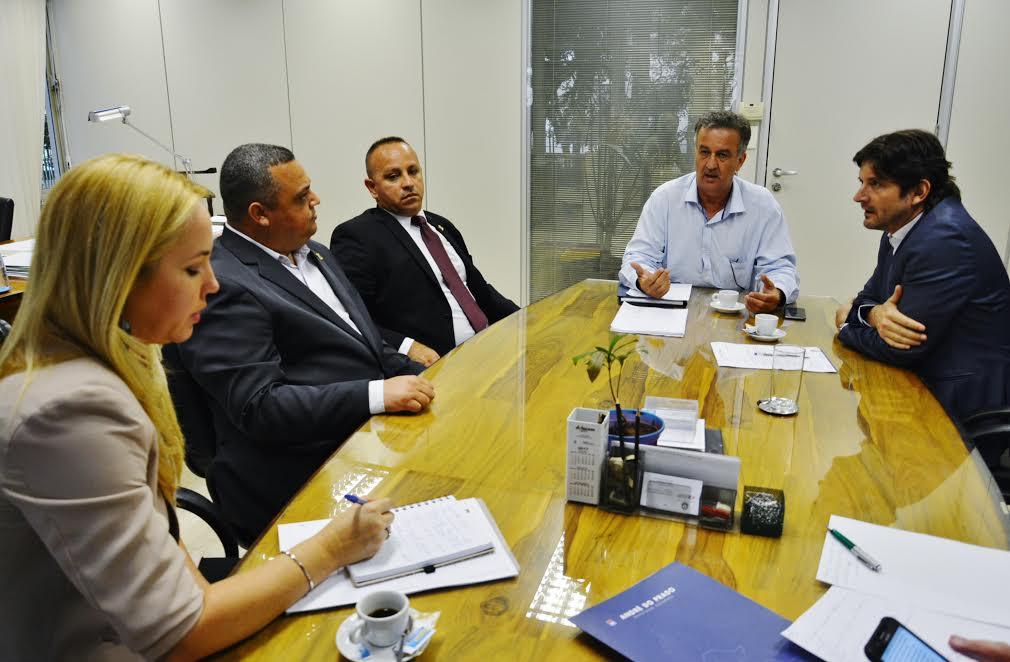 Reunião com os vereadores: Naldo do Perequê e Fernando Martins – Peitola, com o ao diretor de Sistemas Regionais da Sabesp, Luiz Paulo de Almeida Neto.