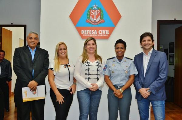 Prefeita, Erica Soler, com secretários e o deputado André do Prado ao lado da coronel Helena