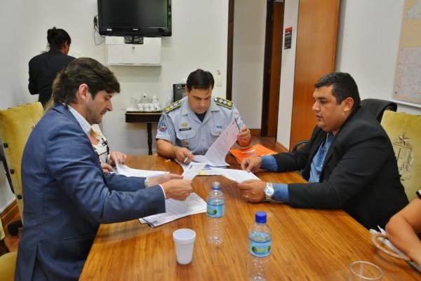 Major Katibe recebendo a demanda do deputado André do Prado e do subprefeito Nilson Luis