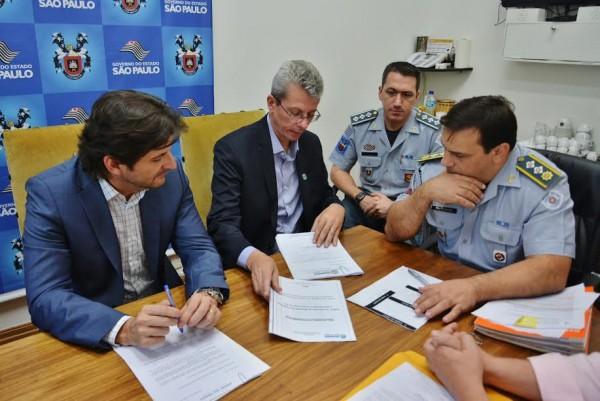 Major Katibe recebendo as demandas do prefeito Paulo e do deputado André do Prado