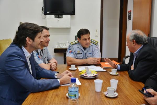 Deputado André do Prado e o secretário do Condemat, Abel Larini, apresentando as demandas ao Major Katibe