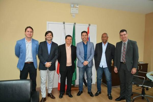 Reunião no gabinete do prefeito Izaias, com o deputado federal Marcio Alvino, e os vereadores Paulinho e Abner.
