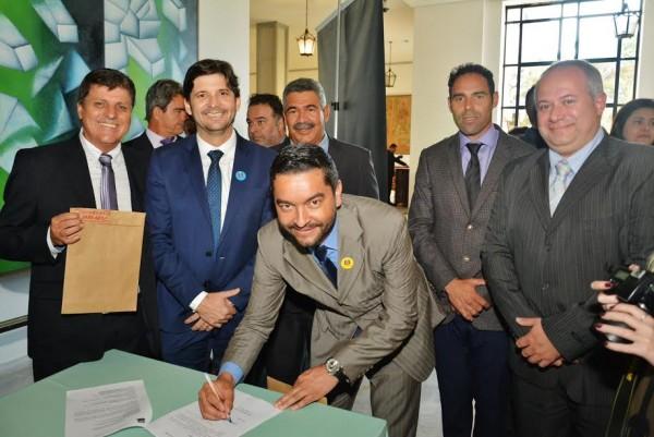 Prefeito Vanderlon assina o convênio ao lado do deputado André do Prado e dos vereadores