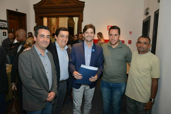 Assinatura com o deputado André do Prado e os vereadores: Abelzinho e Edval e o secretário municipal, Leandro Larini