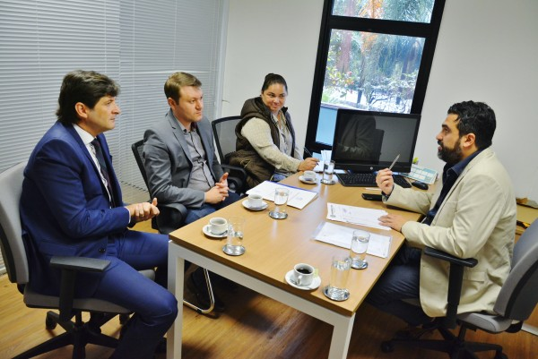Reunião do deputado André do Prado com o diretor administrativo, Ricardo Bocalon. O prefeito Adriano Leite e a diretora Evandra acompanharam a reunião