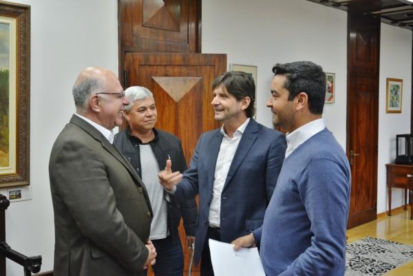 Deputado e o prefeito de Salesópolis, Vanderlon Gomes, e o subprefeito, Paulinho, conversam com o secretário Arnaldo Jardim