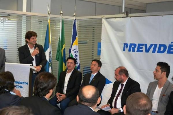 Deputado André discursa durante a inauguração da agência na cidade