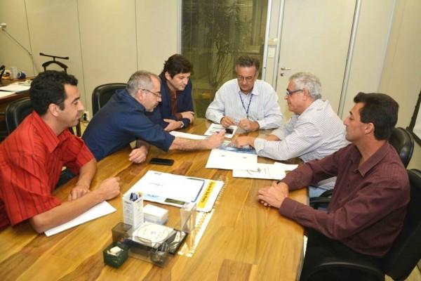 Deputado André do Prado com o prefeito e vereadores de Santa Branca em reunião com o diretor da Sabesp Luiz Paulo