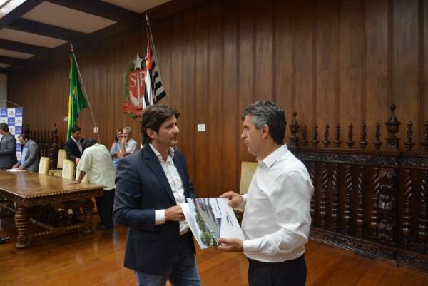 Deputado André do Prado e prefeito Vadico conversam depois de assinatura de convênio para construção de 21 casas para Eldorado