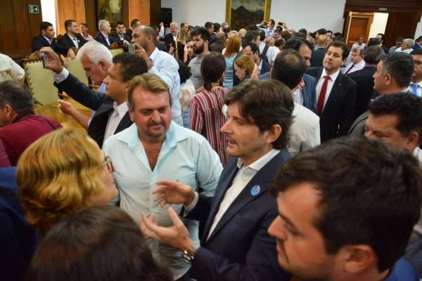 Deputado André do Prado, prefeita Maria Ruth Bellanga e vice-prefeito Palito conversam sobre casas populares depois de cerimônia no Palácio dos Bandeirantes