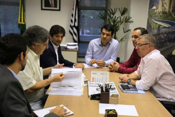 Deputado André do Prado e vice-prefeito de Pariquera-Açu, Wagner Costa, discutem alternativas para impulsionar turismo na cidade com o secretário Fabrício Cobra