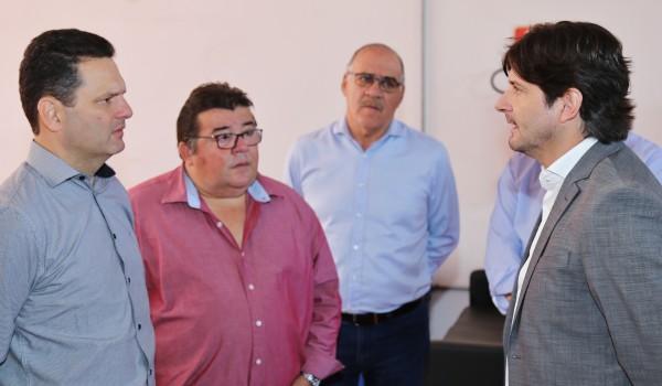Deputado André do Prado conversa com prefeito Thiago Assis e vereador Jesus Lopes a respeito de polo da Univesp na cidade