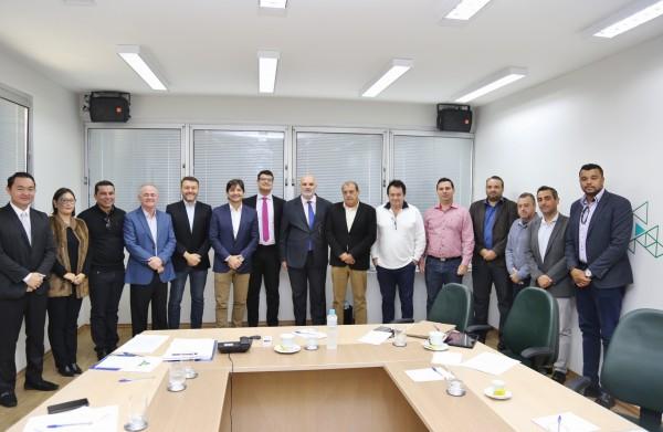 Deputado André do Prado e representantes de municípios em reunião na Desenvolve SP