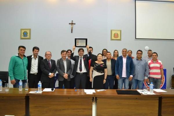 Deputado André do Prado recebendo o título de cidadão Miracatuense, em evento realizado na Câmara Municipal