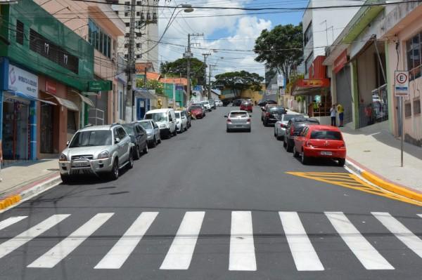 Foram realizados serviços de revestimento do asfalto e sinalização na via