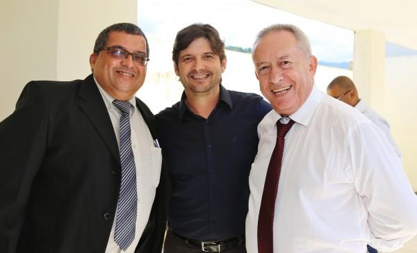 Deputado André do Prado na companhia do prefeito Dinamerico Peroni e vereador Baiano da Saúde.