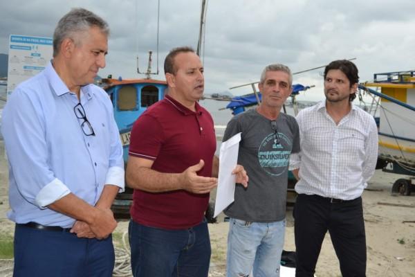 O deputado André do Prado durante a visita ao Guarujá, ao lado do prefeito Válter Suman, e do vereador Nequinho
