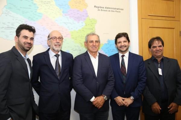 Prefeito Ayres Scorsatto, deputado André do Prado com o secretário executivo de Desenvolvimento Regional, Rubens Cury, ao lado do vereador Godinho e do secretário Junio