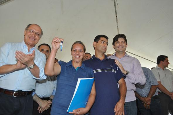 Entrega da chave para moradora do CH Santa Isabel