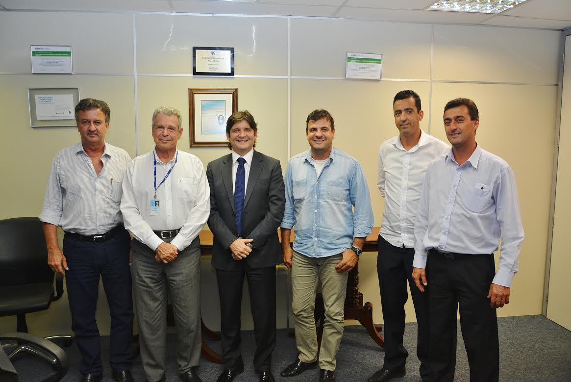 André do Prado e representantes de Santa Branca em reunião na SABESP