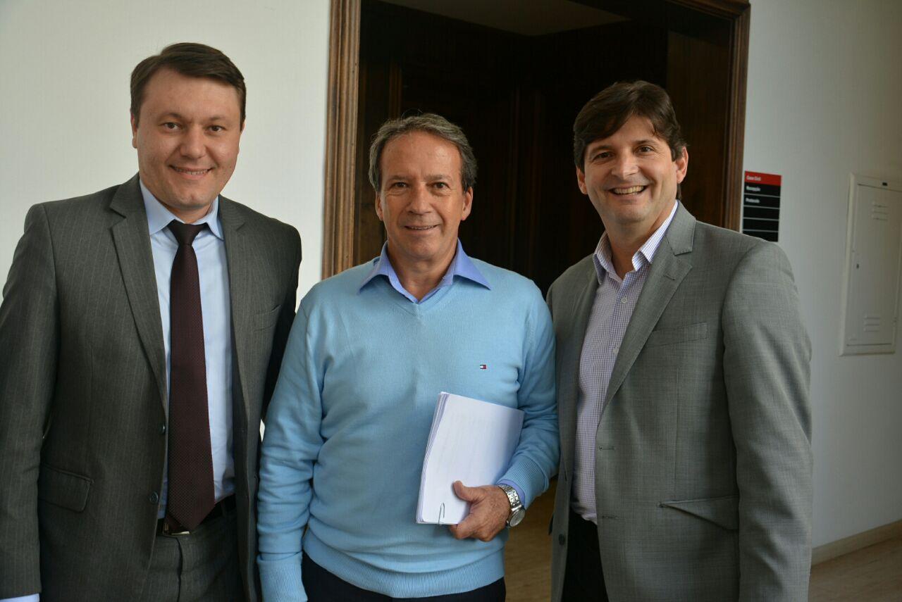 Deputado André do Prado com  o prefeito Adriano ao lado do secretário Edson Aparecido.