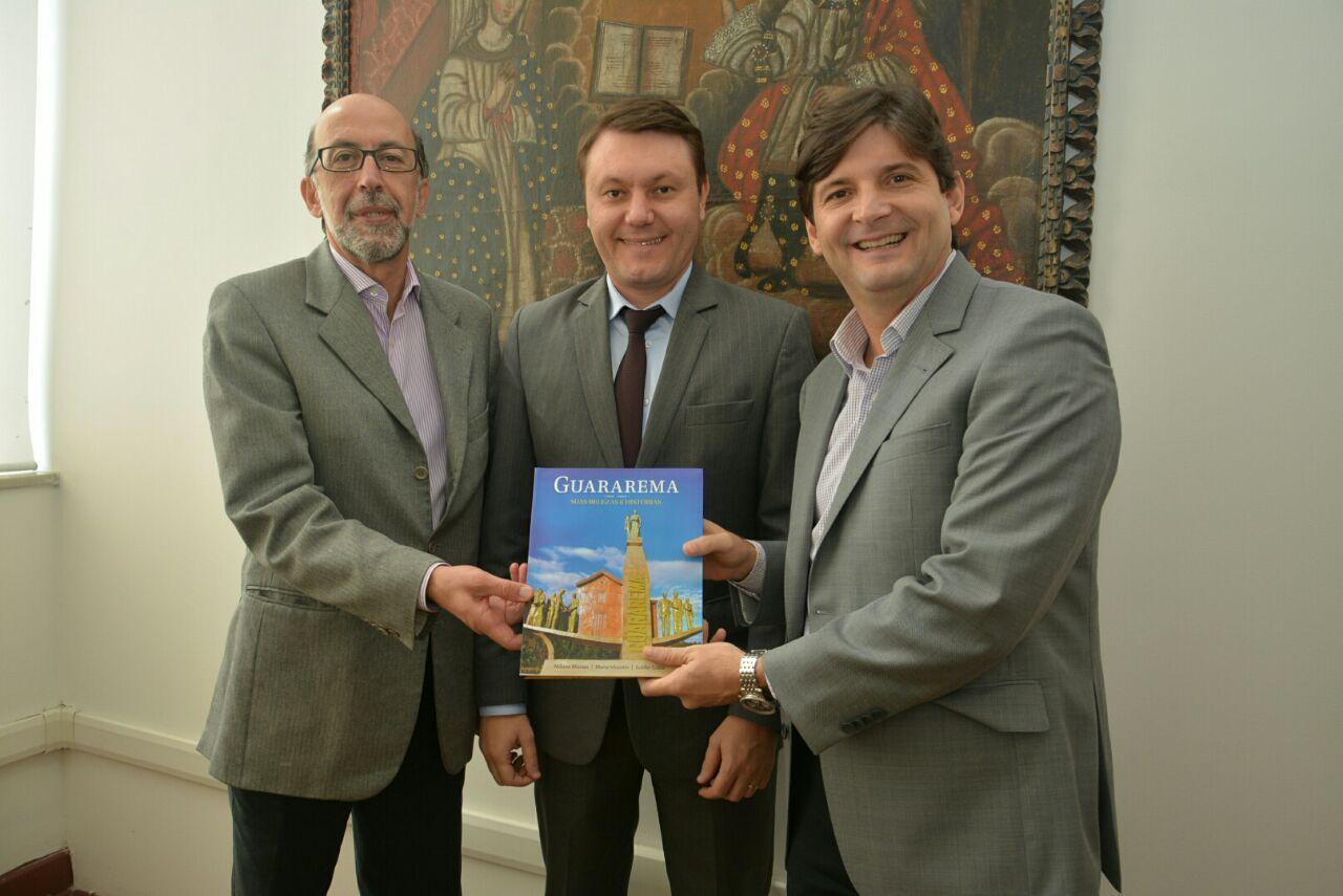Deputado André do Prado junto com o prefeito Adriano e o subsecretário da Casa Civil, Rubens Cury