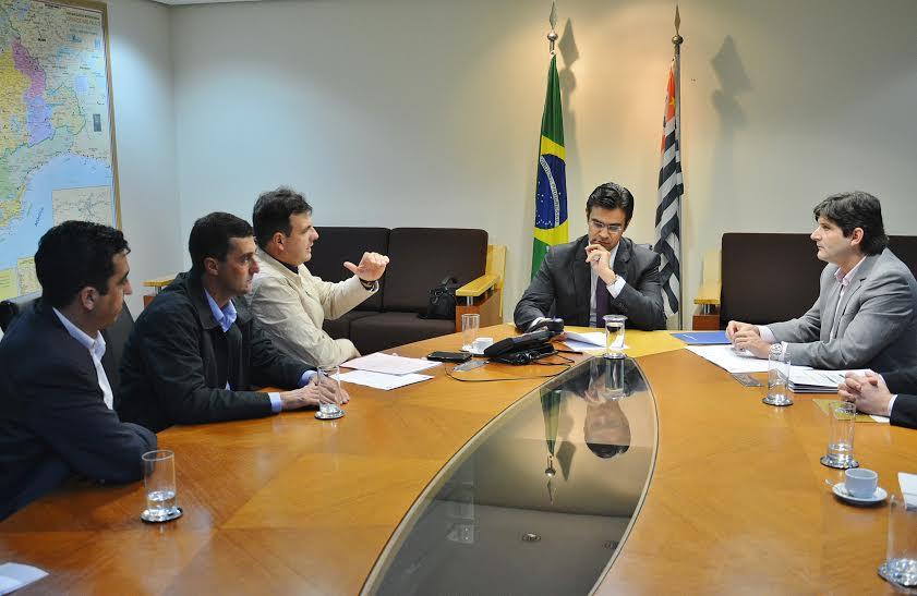 Deputado André do Prado com o prefeito Adriano e os vereadores, Eder Senna e Júnior Mineiro, durante a reunião com o secretário Rodrigo Garcia.