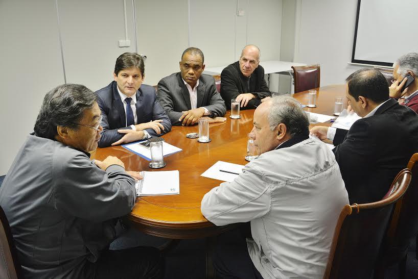 Reunião com o diretor da Sabesp, Paulo Massaro Yoshimoto, junto com o prefeito Abel Larini, os vereadores Gabriel dos Santos e Dr Wilson