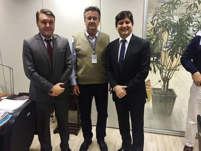 Deputado André do Prado junto com o prefeito Adriano e o Luiz Paulo de Almeida Neto, diretor da Sabesp
