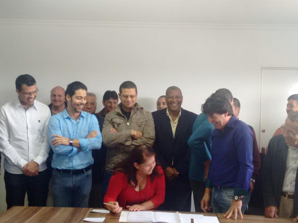A Ordem de Serviço assinada nesta data representa mais um importante resultado da boa parceria que os deputados André do Prado, estadual, e Márcio Alvino, federal, possuem com a comunidade biritibana.