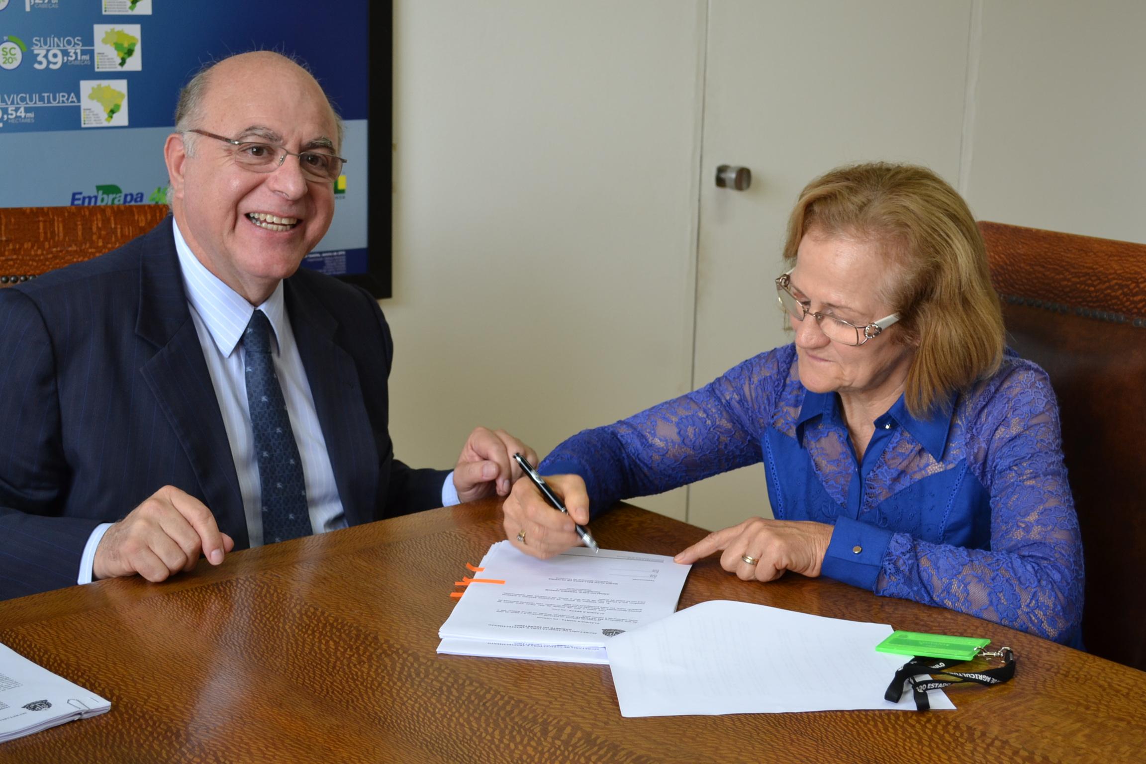 Prefeita Maria Ruth assina o documento na presença do secretário Arnaldo Jardim