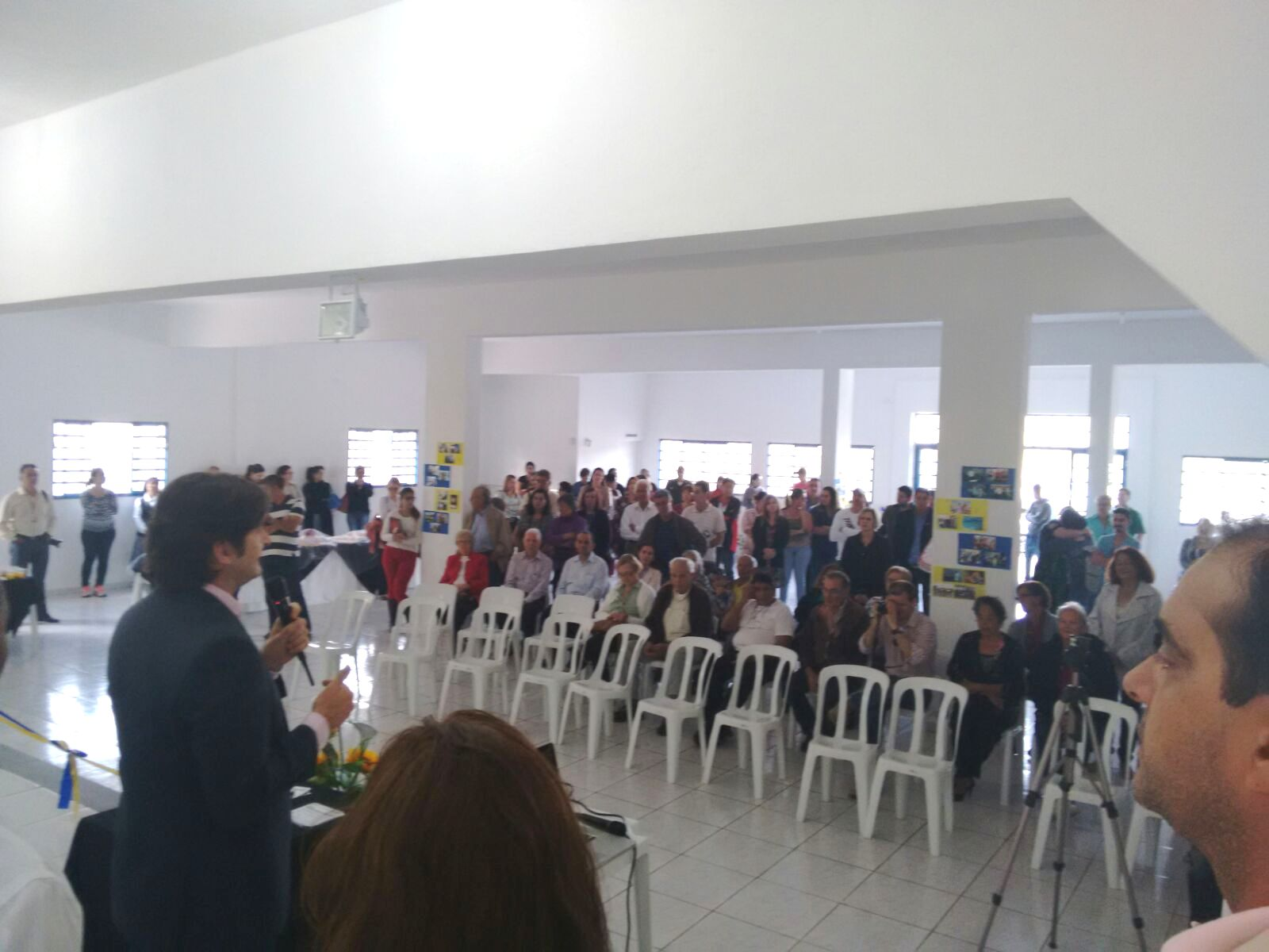 Deputado discursa durante a inauguração da nova sede