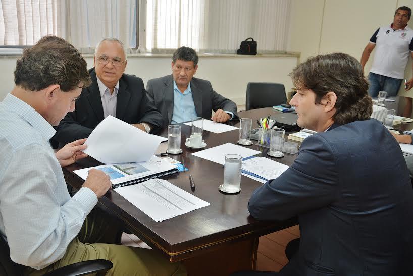 Deputado ao lado do prefeito e vereador Zezinho juntamente com o secretário, Duarte Nogueira