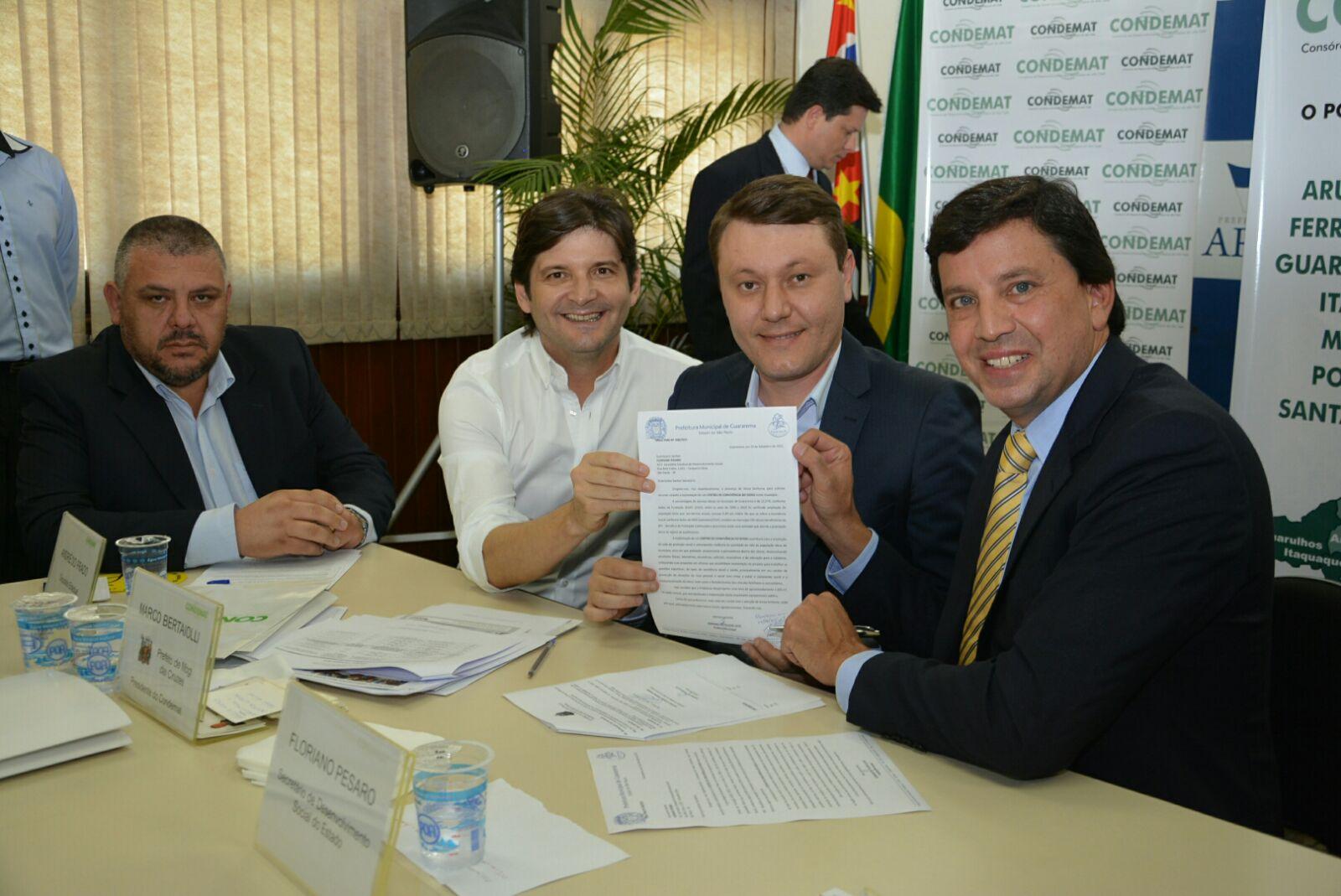 Deputado André do Prado com o prefeito Adriano entregam o pedido ao secretário Floriano Pesaro