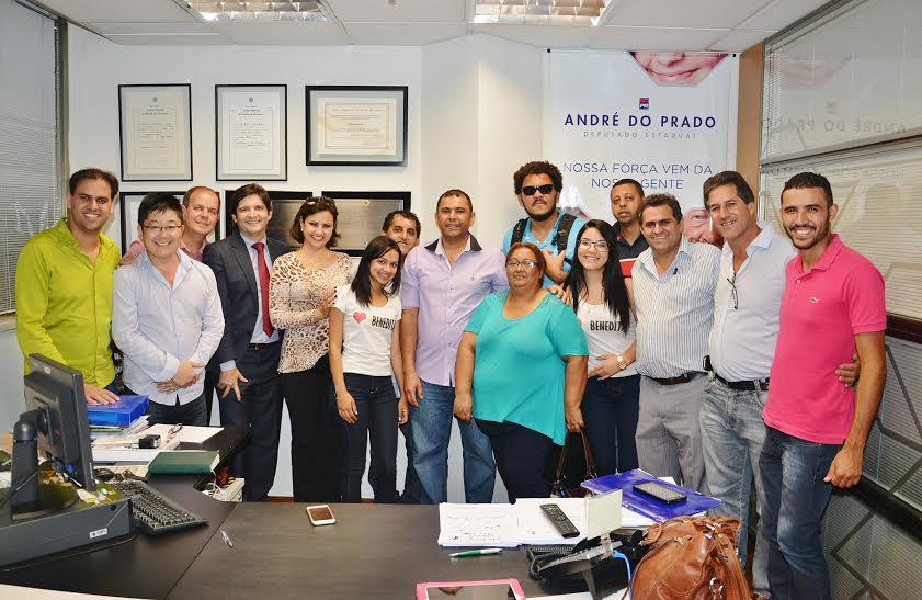 Deputado André do Prado reunido com os vereadores e professores de Poá no gabinete
