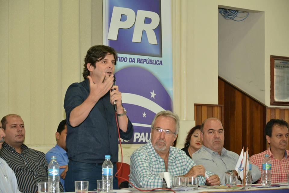 Deputado André do Prado discursa em Santos