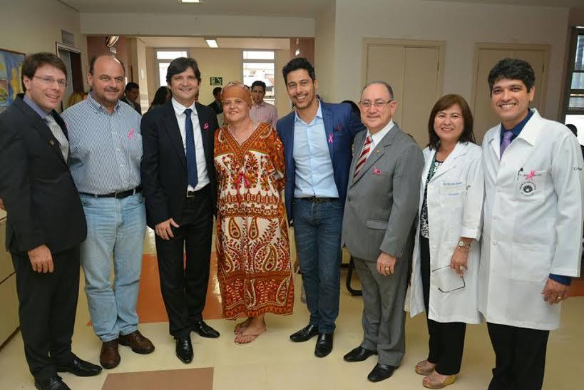 Deputado André do Prado ao lado dos deputados federais: Marcio Alvino e Paulo Freire, deputado estadual, Ricardo Madalena, e funcionários do hospital