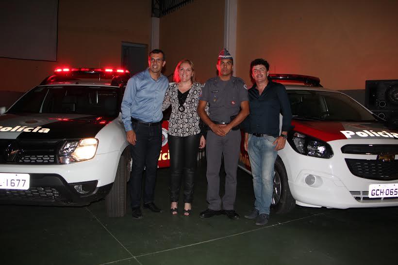 Prefeito junto com o vereador Fábio Faquim na entrega dos veículos