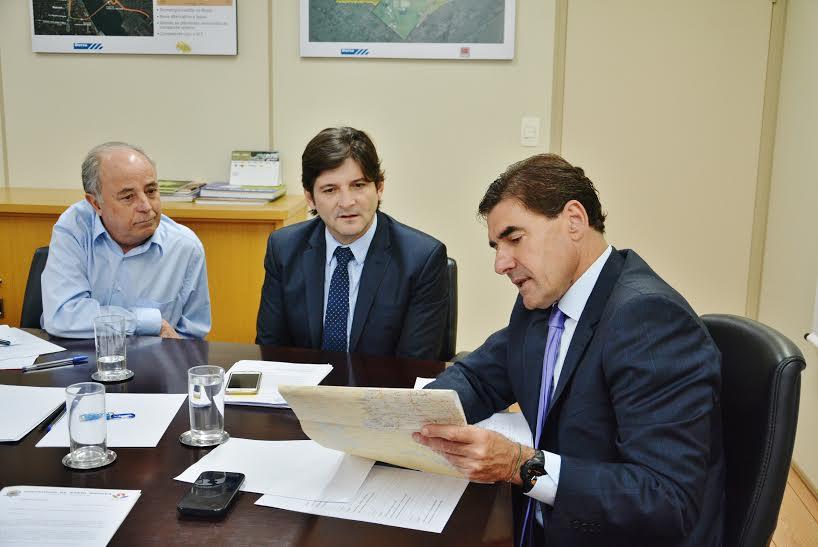 Deputado ao lado do prefeito Abel Larini e do secretário Duarte Nogueira.