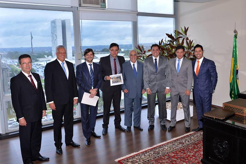 Em Brasília, deputados André do Prado e Marcio Alvino, juntamente com os vereadores: Clebão do Posto, Evaldo Barbosa e Luizão Arquiteto, com o ministro dos Transportes