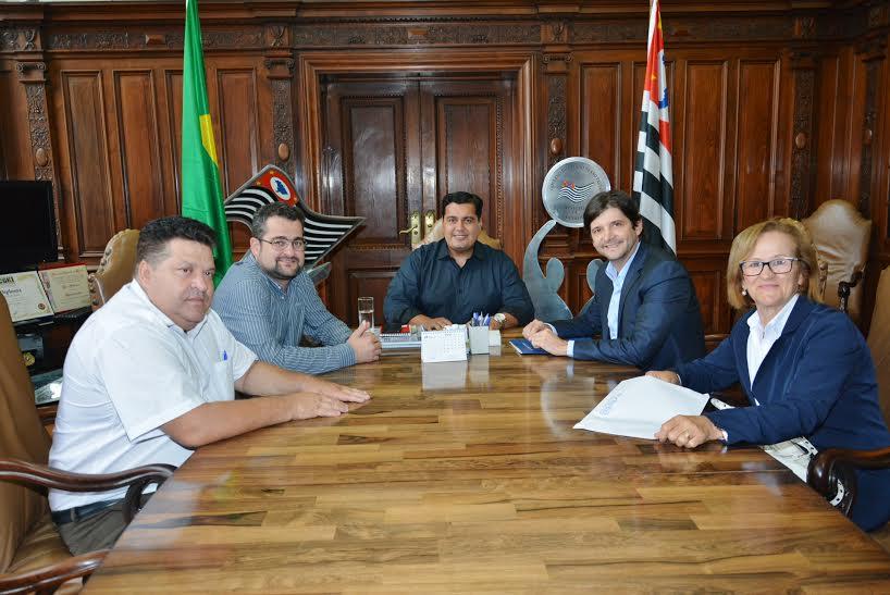 Deputado junto com a prefeita de Mombuca e vereadores em reunião com o secretário Jean Madeira