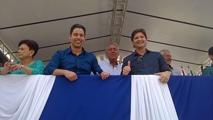Centenas de guararemenses lotaram a rua dona Laurinda, entre eles o deputado federal Marcio Alvino e a ex-prefeita Conceição Alvino, para assistir a homenageada organizada pelas escolas da cidade