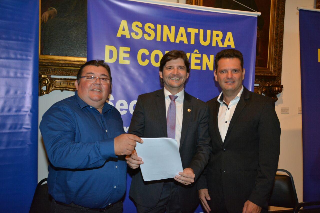 A emenda parlamentar no valor de R$ 60 mil foi solicitada pelo vereador eleito Jesus Lopes e a assinatura do convênio para a liberação do investimento foi assinado na manhã desta quarta-feira, dia 7